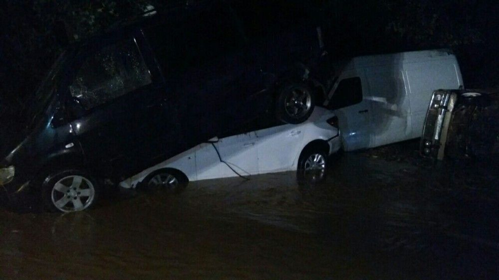 Полтора десятка машин смыло с дороги Грушевка-Судак