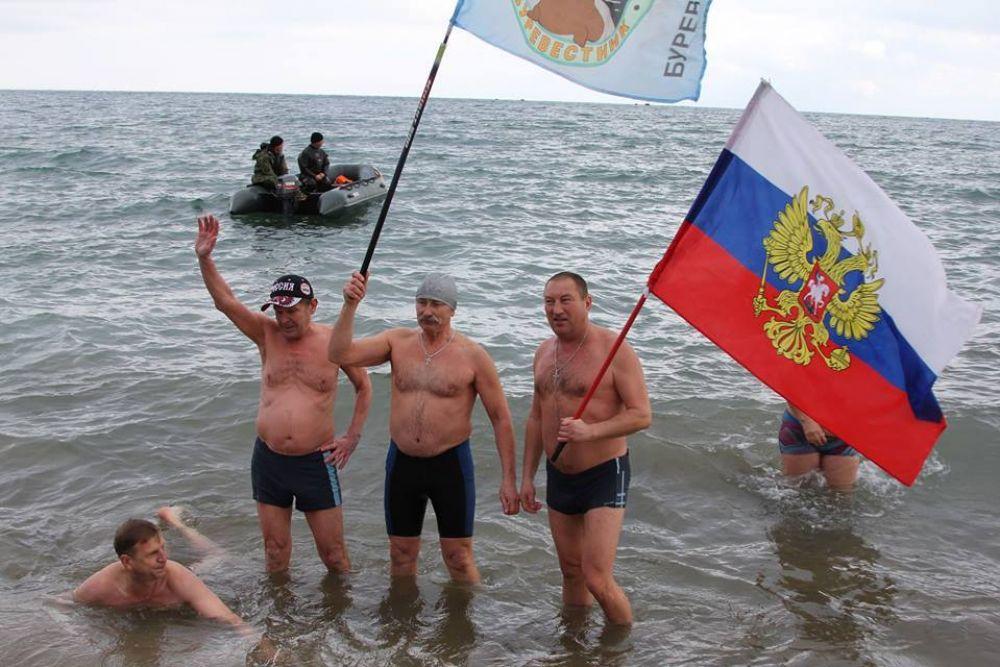 В Феодосии на набережной состоялся фестиваль крымских любителей зимнего плавания.