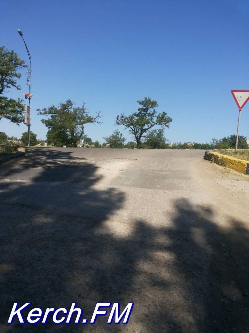 На перекрестке Корабельного и Орджоникидзе образовалась глубокая яма