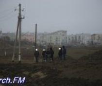 В районе строительства автоподходов в Керчи на тропинке лежал человек