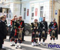 Мужчины в юбках гуляют по Феодосии