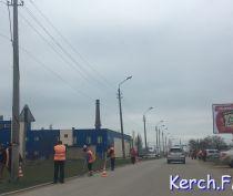 В Керчи коммунальщики убирают обочины дорог