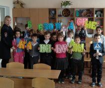 В преддверии каникул в школе Ленинского района прошел флешмоб