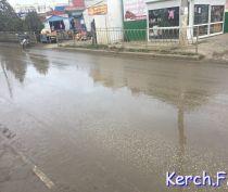 В Керчи на Ворошилова произошел порыв водовода