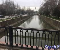 В Керчи с моста через реку Мелек-Чесме пропала секция ограждения