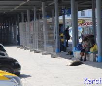 В Керчи на автовокзале частично демонтировали новый забор