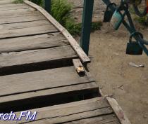 В Керчи разваливается мостик в Молодежном парке