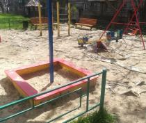 Керчане считают опасным покрытие на новых детских площадках