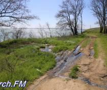 В Керчи канализация рекой стекает в море