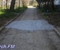 Керчанам дорогу перед домом засыпали щебнем