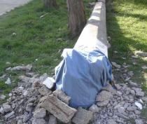 Около детской поликлиники в Керчи демонтировали аварийный столб