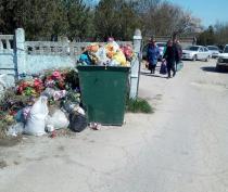 Керчане пожаловались на свалку на кладбище и вокруг него