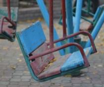 Керчане просят власти демонтировать качели на площадке на Семи Ветрах