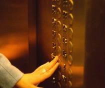 В Евпатории таксист помог женщине выбраться из застрявшего лифта