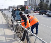 В Симферополе продолжается работа по очистке прибордюрной полосы