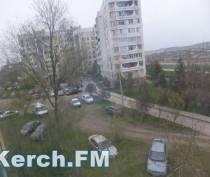 В Керчи автомобили уничтожили зеленую зону в жилом дворе