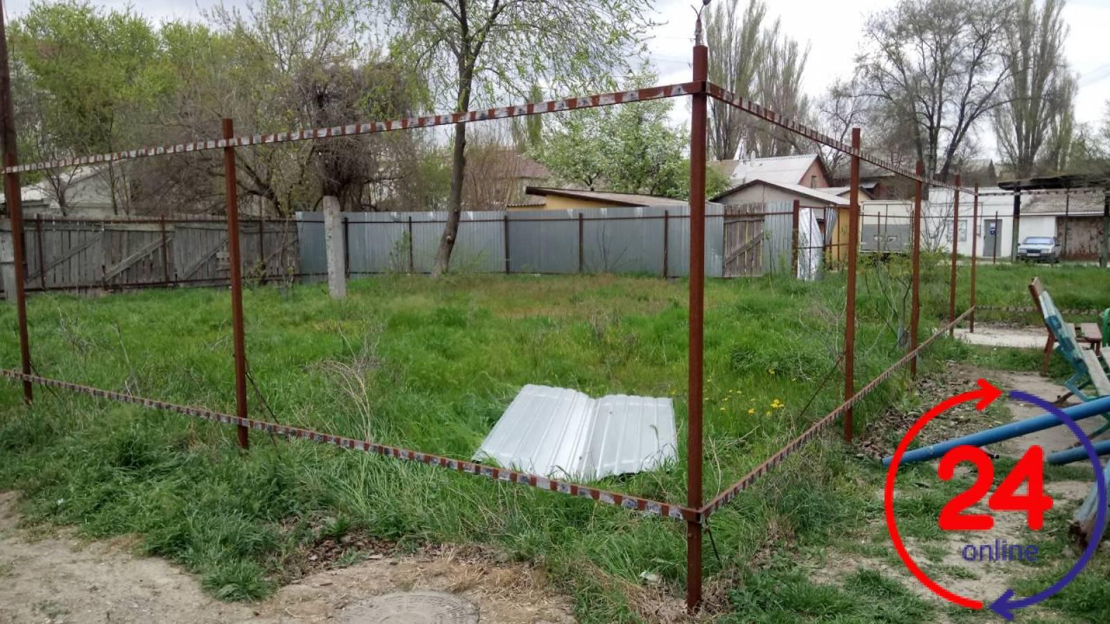 Фото новости - В одном феодосийском дворе исчез забор