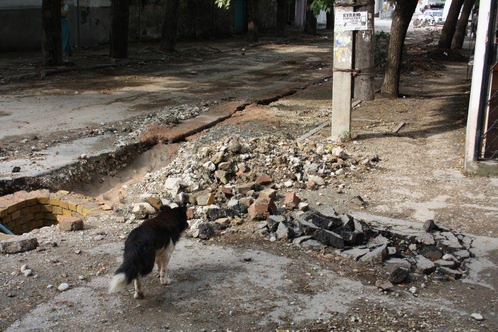 В центре Феодосии на улице Нахимова ведется работа по замене водовода