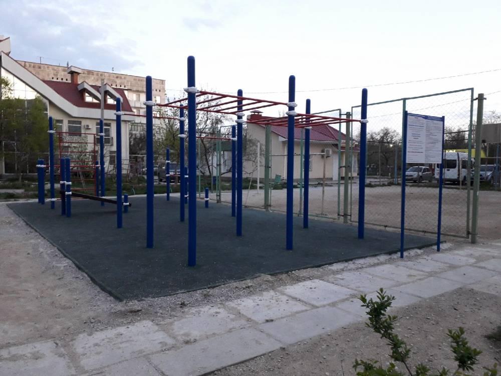Новые спортплощадки в Феодосии начали разрушаться