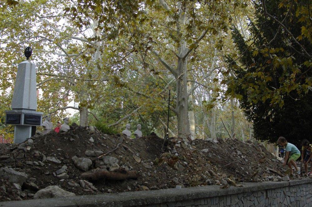 В Феодосии параллельно с платановой разрывают и соседнюю аллею. Фоторепортаж