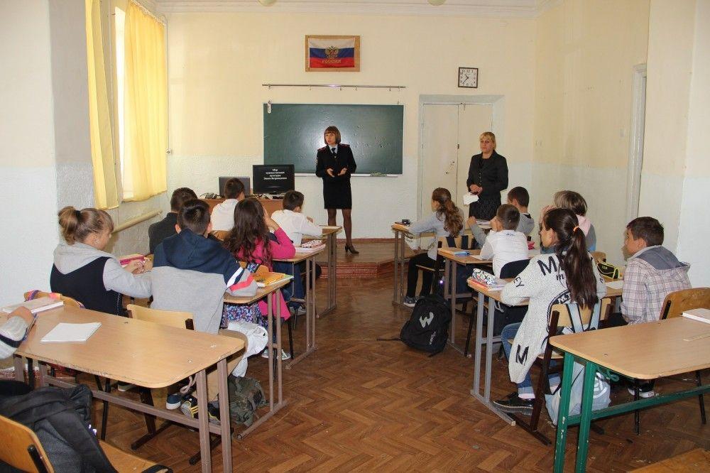 В Феодосии полицейские напомнили школьниками о вреде наркотиков, табакокурения и алкоголя