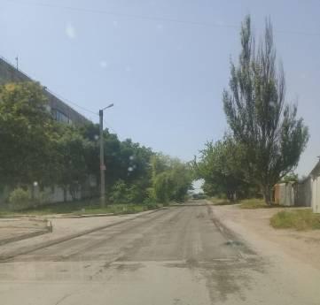 В Феодосии на хорошую дорогу стелят асфальт