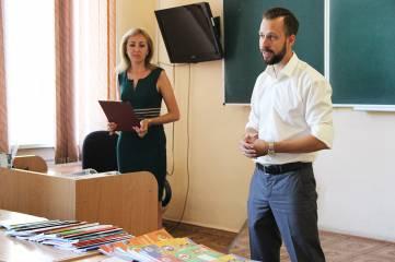 Депутат Госсовета РК подарил учебники Феодосии