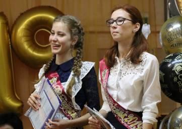 Глава администрации города Феодосии вручил аттестаты выпускникам школы № 14