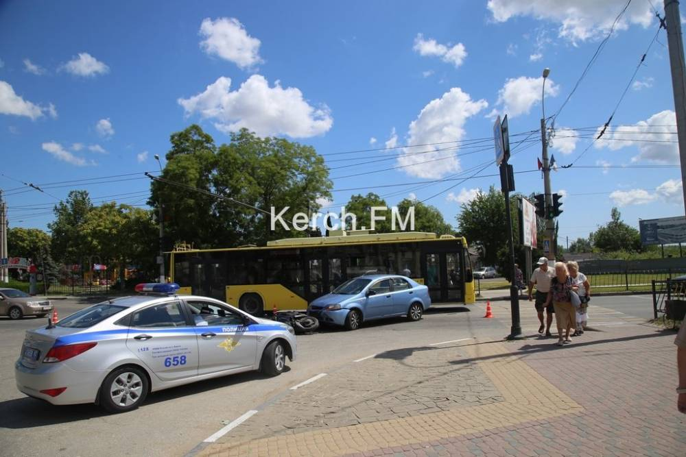 В Керчи столкнулись «Chevrolet» и мопед