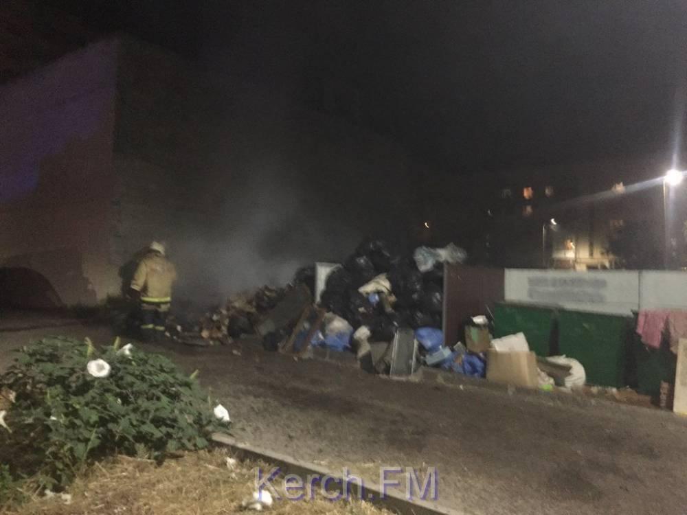 Пожар на мусорной куче чуть не спалил машины в керченском дворе
