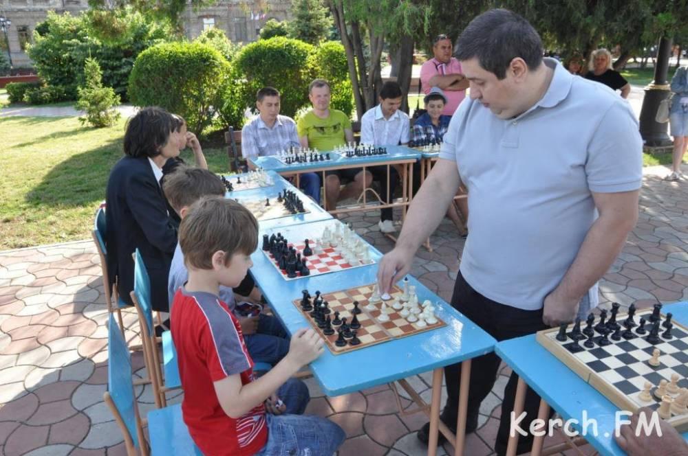 Керчан в День рыбака зовут поиграть в шахматы на набережную