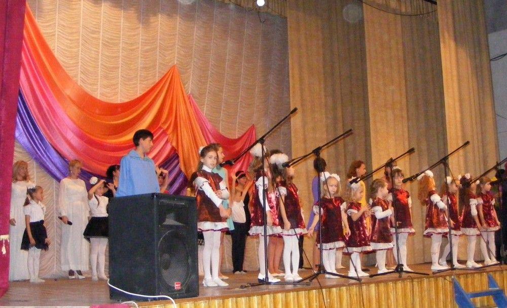 В Феодосии взрослые и дети на сцене