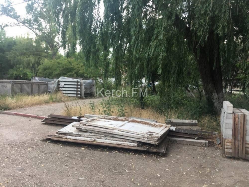 Крыша больницы № 1 в Керчи заросла порослью