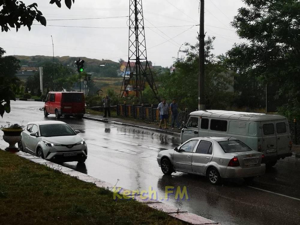 На перекрестке Чкалова-Годыны в Керчи перед светофором опять ДТП