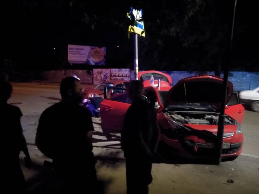 В центре Симферополя легковушка после ДТП врезалась в столб