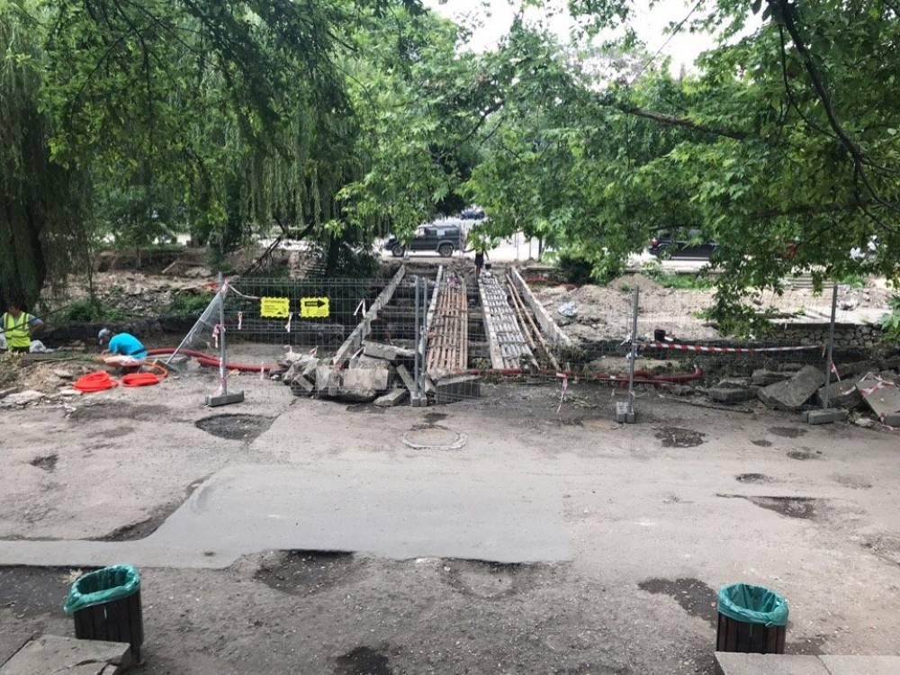 В центре Симферополя разобрали мост через Салгир