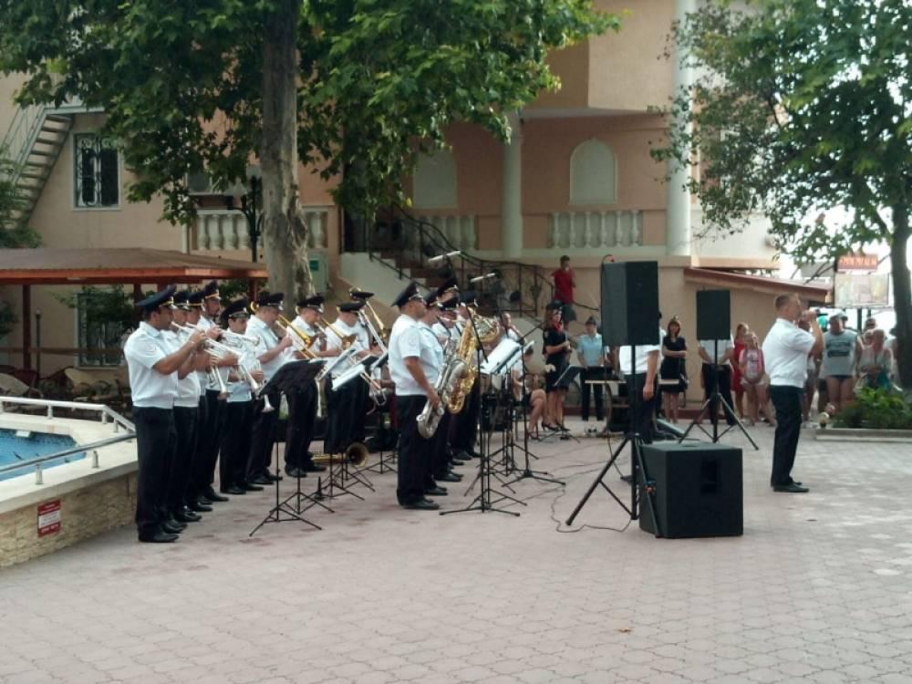 Первыми обновленную концертную программу оркестра культурного центра МВД по Республике Крым увидели жители и гости курортного города Судака