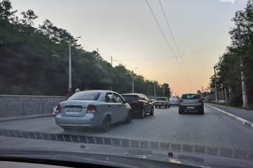 """В Симферополе на въезде в город собрался """"паровозик"""" из шести машин"""