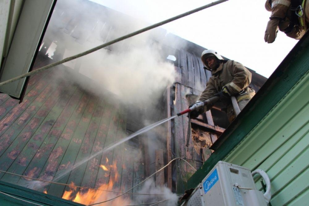 МЧС: в Коктебеле горел деревянный дом на 6 квартир (ФОТО)