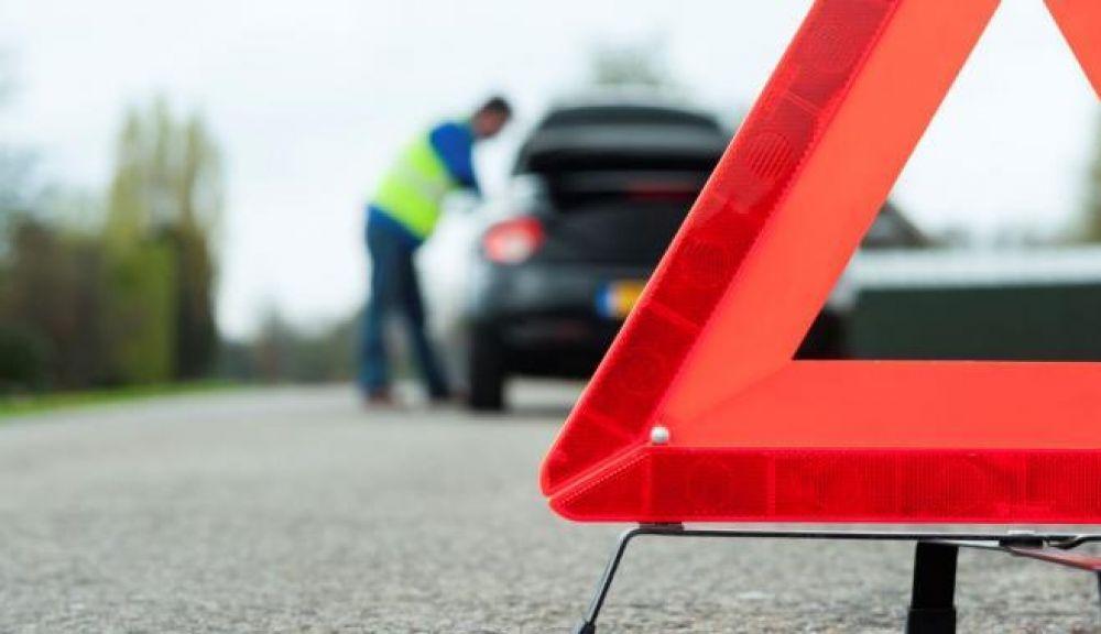 По дороге из Феодосии в Керчь автомобиль врезался в дерево: водитель погиб