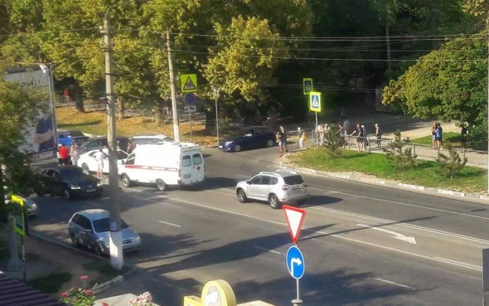 Тройное ДТП в Севастополе: «мерседес» вытолкнул мотоцикл на встречку