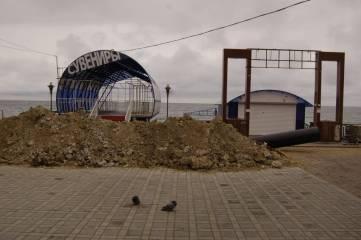 Завершается укладка нового коллектора на набережной Феодосии. Фоторепортаж
