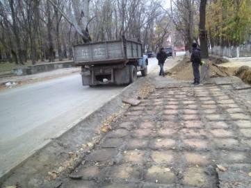 В Феодосии начали подворовывать тротуарную плитку (ФОТО)