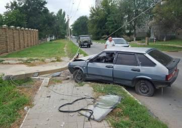 В Керчи ВАЗ сбил электроопору на Кирова