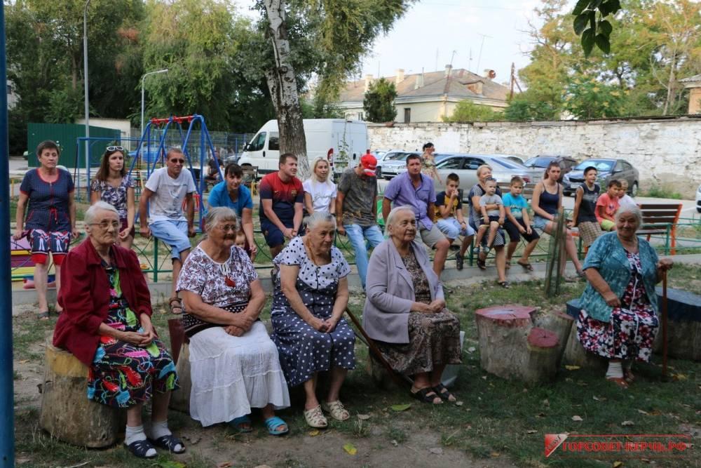 Жители Карла Маркса, 1 отпраздновали День двора