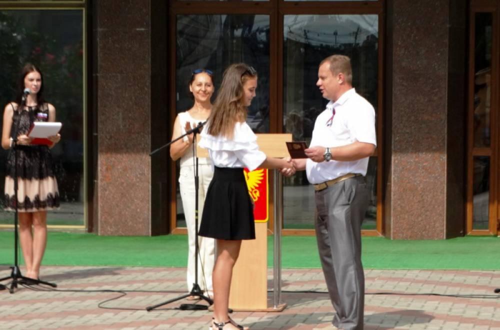 В День Государственного флага Российской Федерации юные керчане получили паспорта