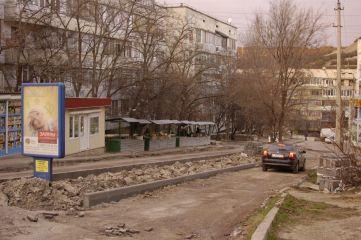 В Феодосии на Челнокова ремонтируют дорожное покрытие спуска