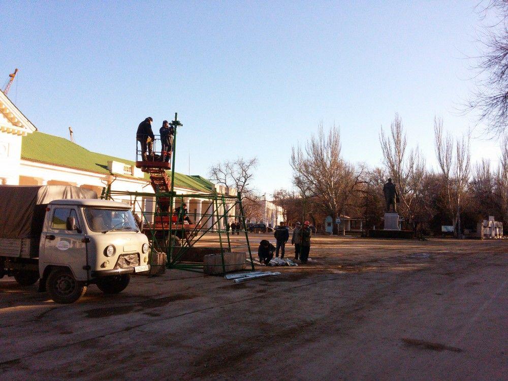 В Феодосии начали устанавливать главную городскую новогоднюю елку