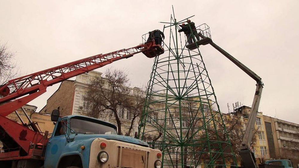 Ставят елку в Феодосии (On-line)