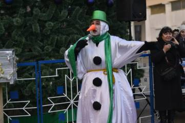 В Феодосии открыли главную городскую новогоднюю елку. Фоторепортаж